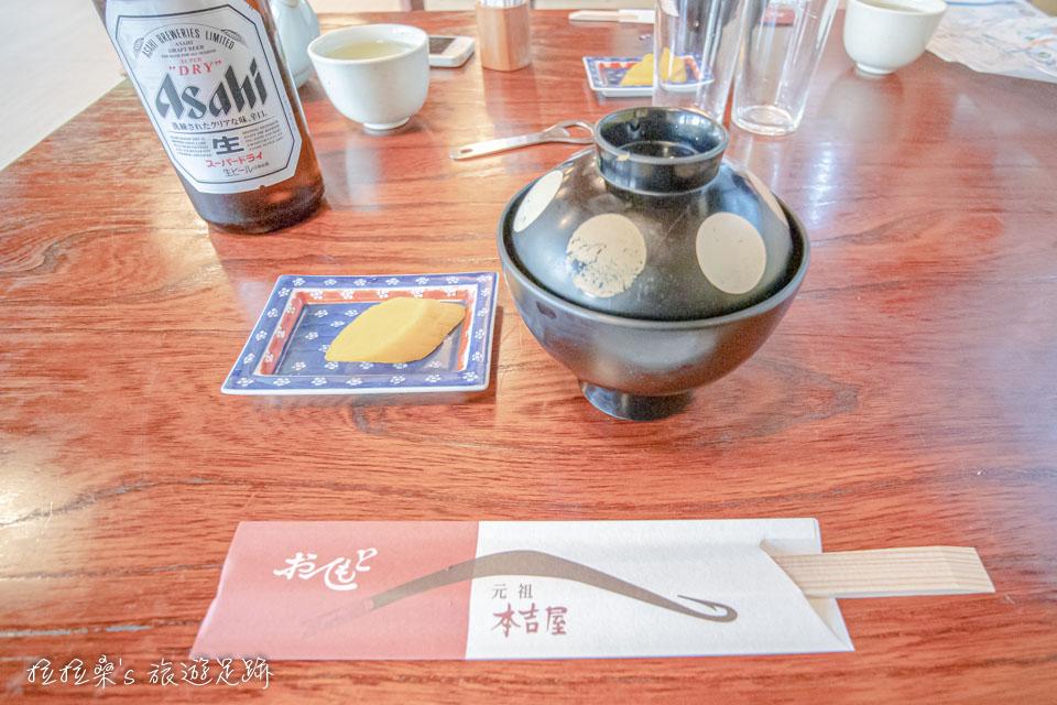 本吉屋隨鰻魚飯附上的鰻魚肝湯湯出乎意料的清爽,帶著微微的香甜,蠻不錯的