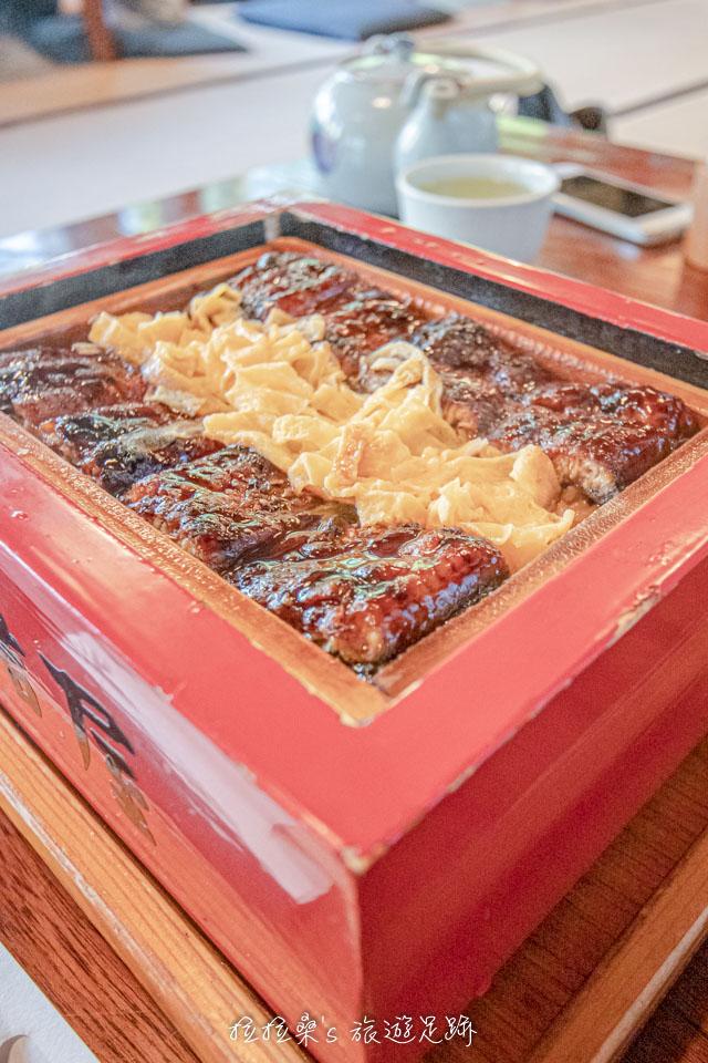 本吉屋的蒸籠鰻魚飯 せいろ蒸し,是先將白飯均勻的淋上鰻魚醬汁去蒸煮之後把烤過的鰻魚鋪在飯上,再蒸一次
