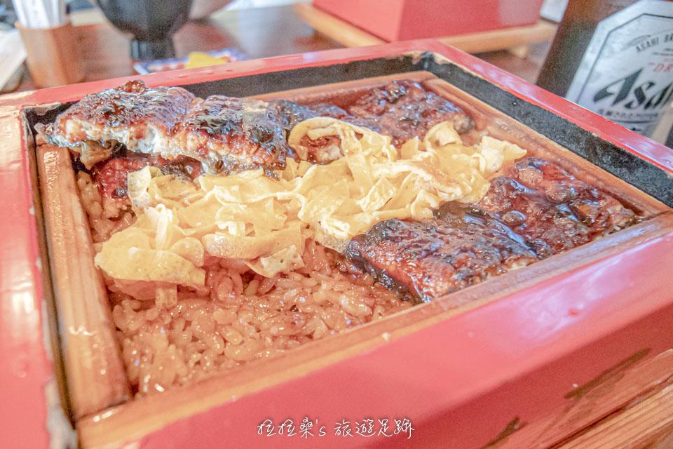 本吉屋的另一個特色,就是他們的飯都會均勻的淋上醬汁,米飯完全吸收了鰻魚跟醬汁的香氣