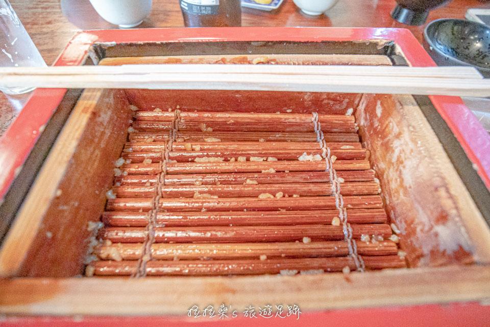 不過由於本吉屋的木盒是直接拿來蒸煮用的,底部都有讓蒸汽通過的空隙,要吃乾淨真的不太容易