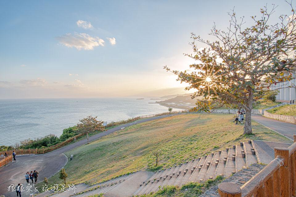 黃昏時的知念岬公園,就連公園的草皮上,也染上夕陽的橘黃,很適合帶小朋友來跑跳