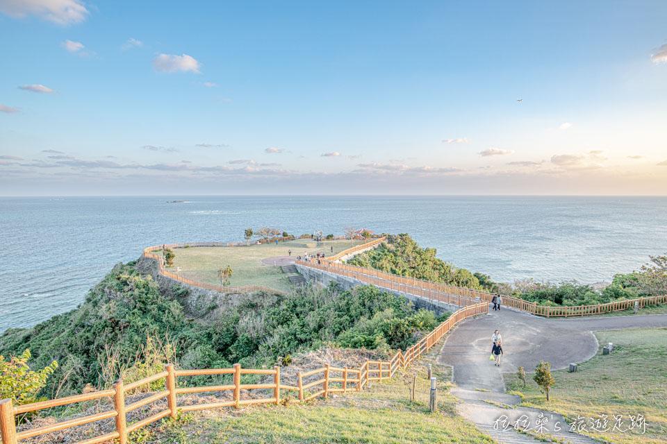 沖繩知念岬公園的迷人海景,就像一座專門為看海而生的海濱平台