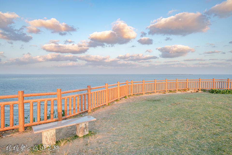 在知念岬公園放眼四周,就是療癒感十足的海景