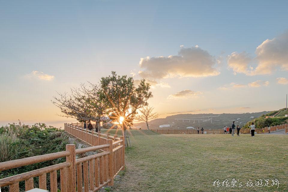 黃昏時的知念岬公園不會太熱,很適合帶小朋友來跑跳