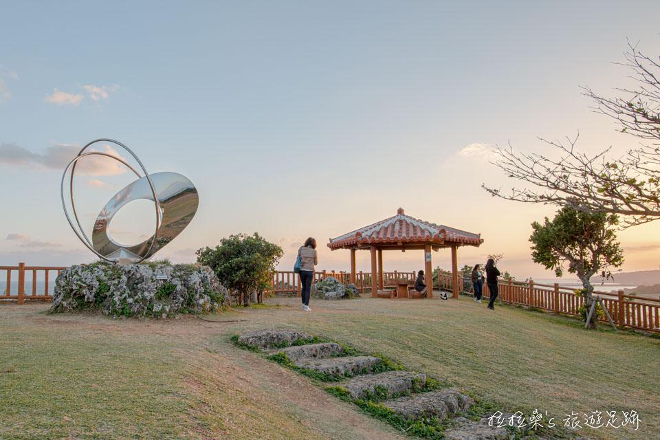 知念岬公園角落的涼亭周圍,正是欣賞夕陽最棒的地點
