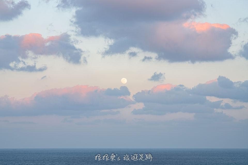 染上餘暉的雲彩,加上又大又圓的月亮,是知念岬少見的景色