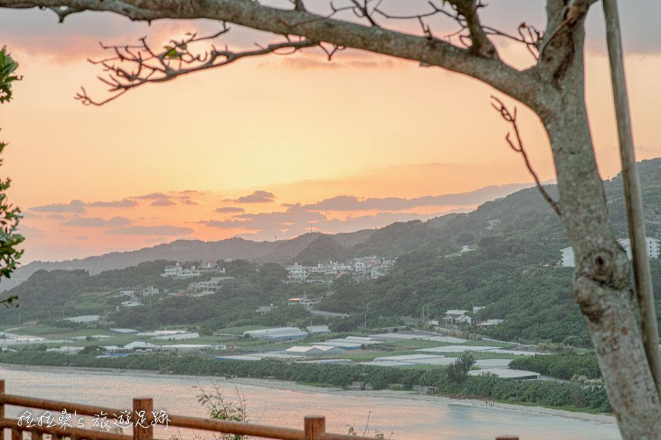 雲彩、海灣、海面都染上太陽的金黃餘暉,這短短的幾分鐘就是知念岬公園最美的海天絕景