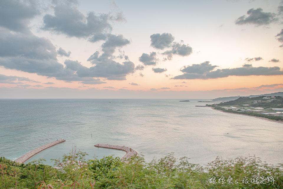 在知念岬公園看海,加上黃昏時映上溫暖色調的雲彩,放鬆的美景