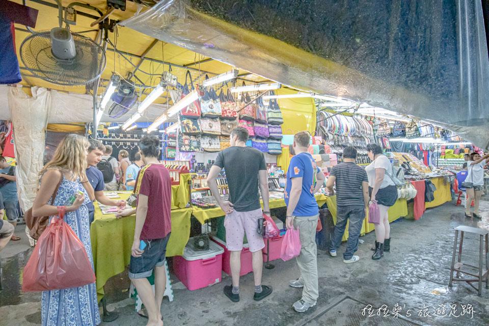 曼谷帕蓬夜市的人潮還不少,還是有一定的人氣