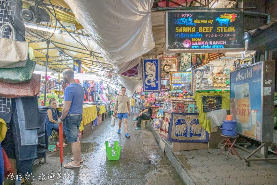 而帕蓬夜市為了不讓雨天影響遊客興致,攤販間也都會搭起遮雨棚,方便大家逛