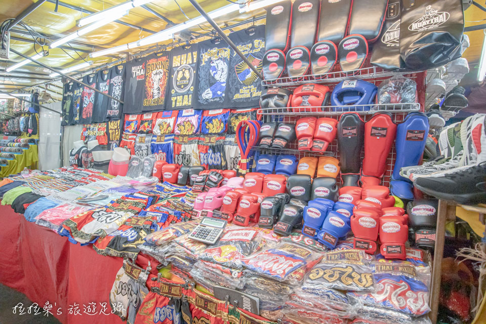 曼谷帕蓬夜市居然連拳套、護具都有賣呢!