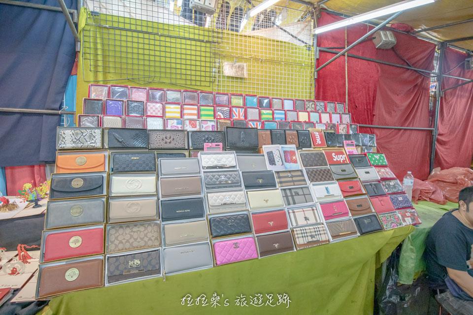 曼谷帕蓬夜市賣的東西真的是五花八門,各種品牌的包包、飾品、衣服樣樣都有