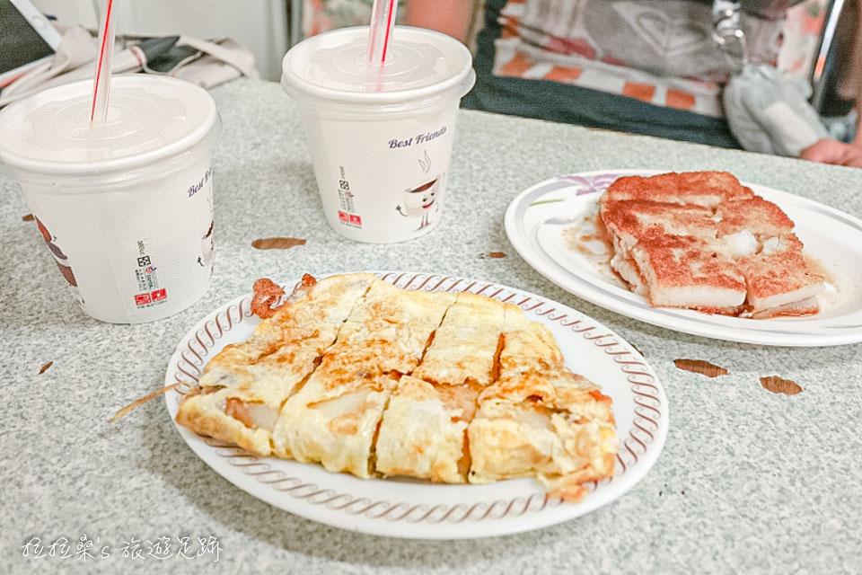花蓮中福早餐店蛋餅、蘿蔔糕都是現點現煎,人多時會需要等一陣子
