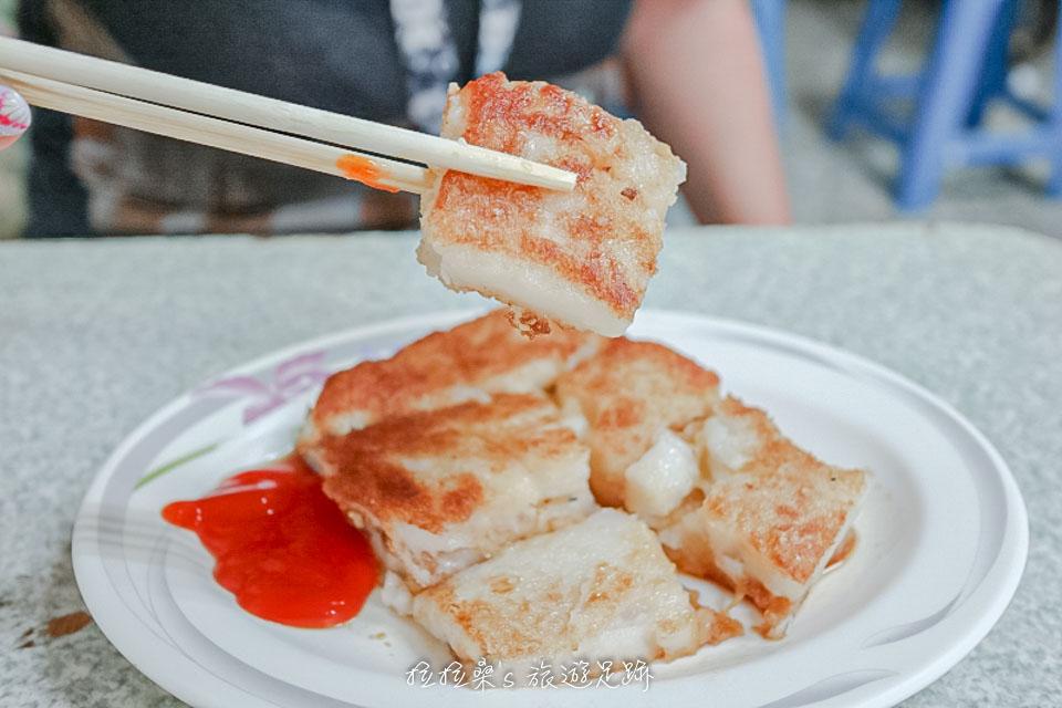 花蓮中福早餐店焦酥口味的蘿蔔糕建議先吃吃原味,再沾醬吃