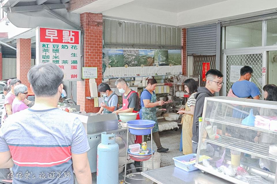 花蓮中福早餐店,簡單的小店面裡位置不算多