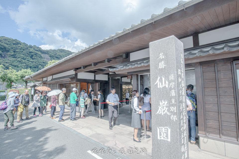 日本鹿兒島仙巖園入口右方的售票機,是給我們這種遊客買票用的