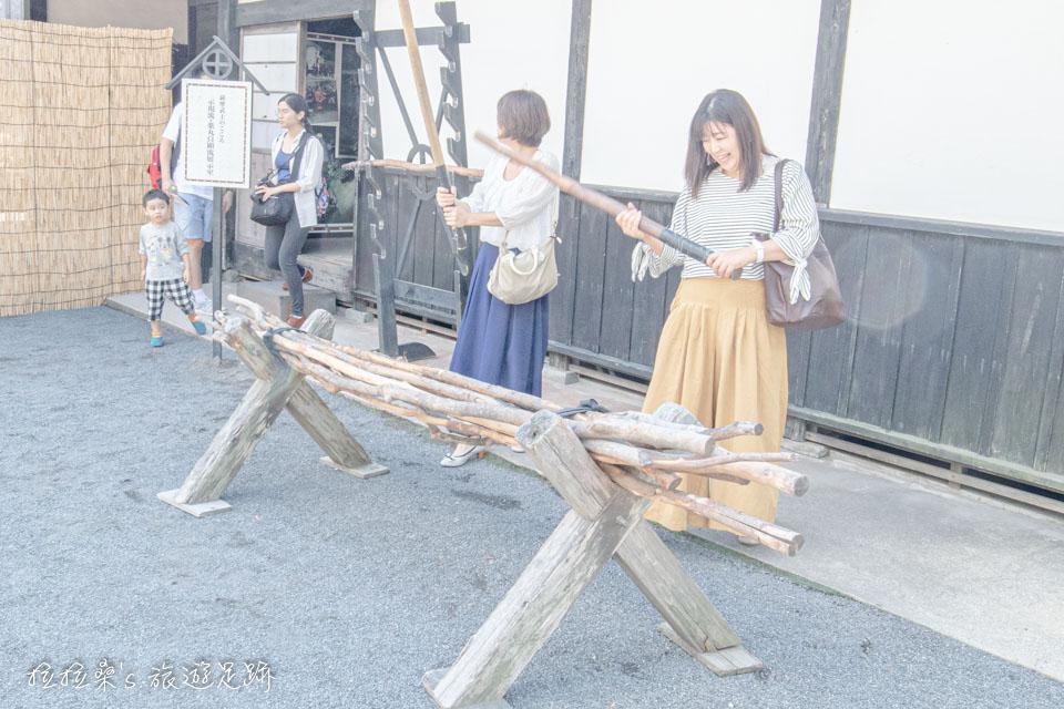 仙巖園示現流展示室外就有木棍能讓旅人們練習