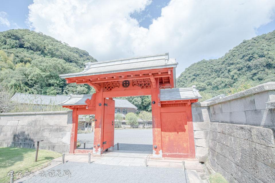 仙巖園裡的朱紅色錫門,上頭掛著島津家的家徽,相傳舊時只有藩主、嫡子才能通過
