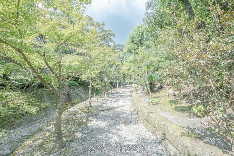 仙巖園寬闊的庭院,伴著悠悠綠意隨性散步,別有一番風味