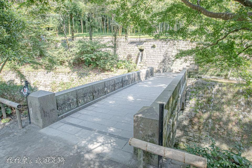 在日本創下收視佳績的NHK大河劇「篤姬」,就是在仙巖園庭院中的這座小橋取景的呢!