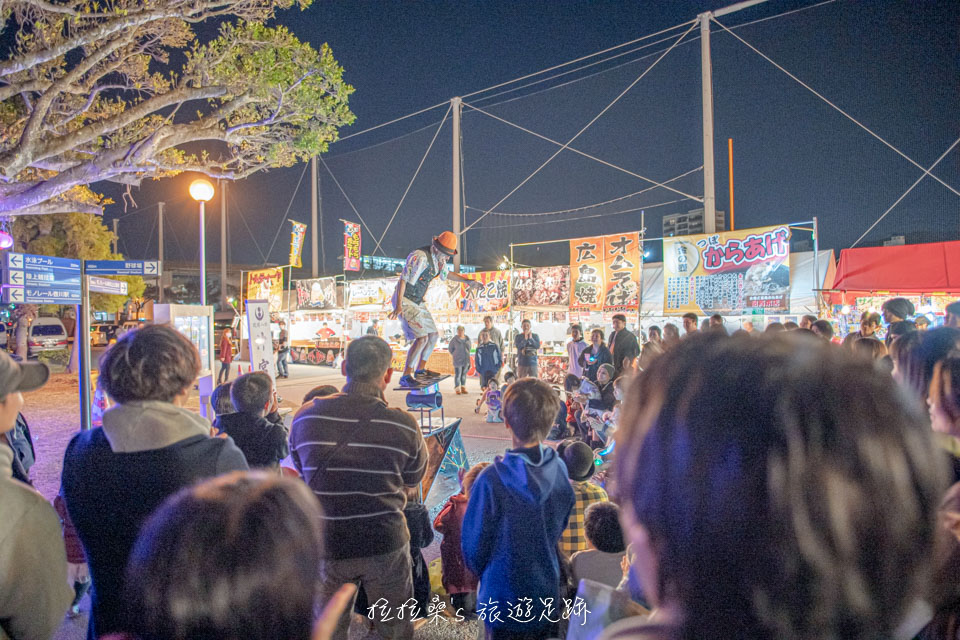 本新年時的沖宮一旁還有街頭藝人的表演可看