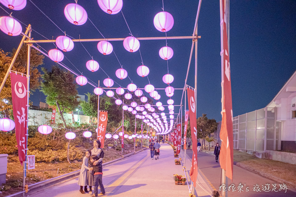 日本沖繩沖宮新年祭典的燈籠隧道