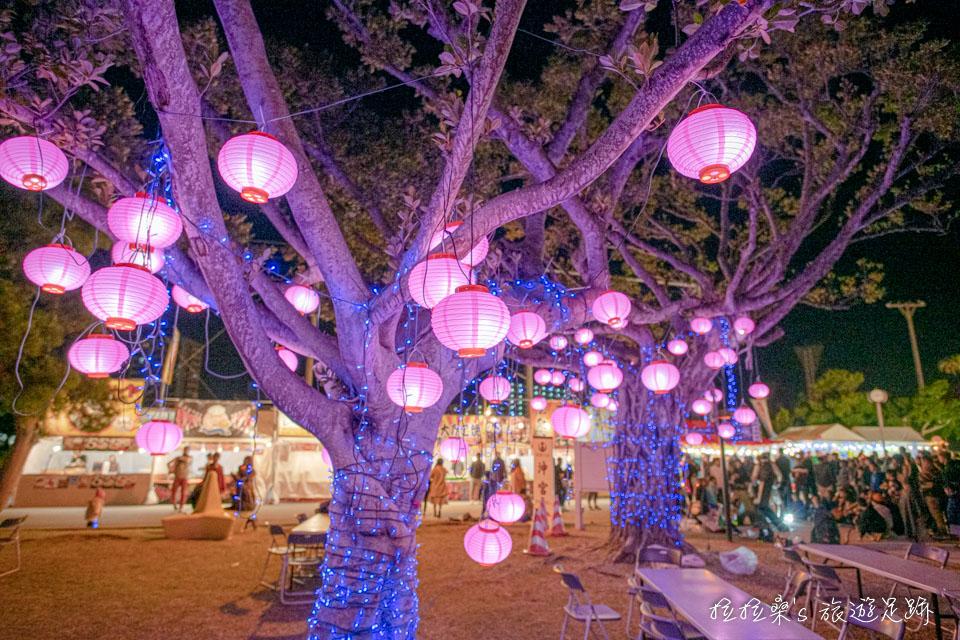 在沖宮的新年市集買完小吃可以在氣氛滿滿的樹下用餐