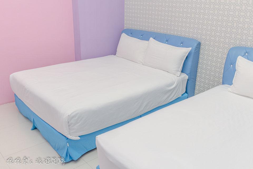 戀戀台東民宿1樓的雙人房空間頗大,有一張雙人床、一張單人床