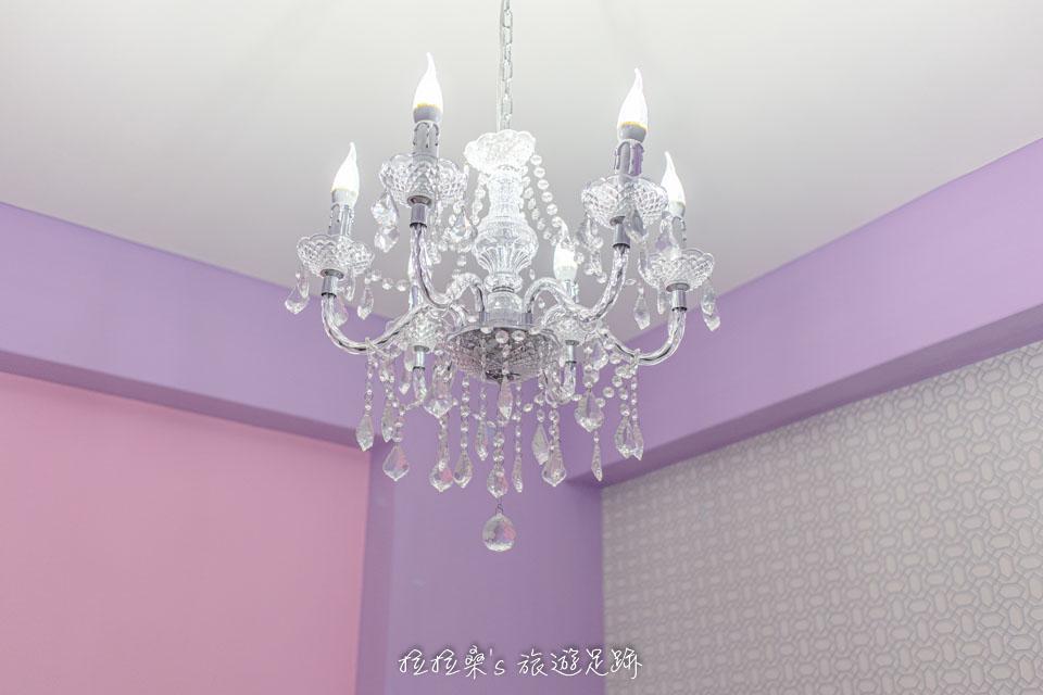 戀戀台東民宿一樓的雙人房雖然室外的採光不多,但屋頂上的水晶吊燈亮度很夠