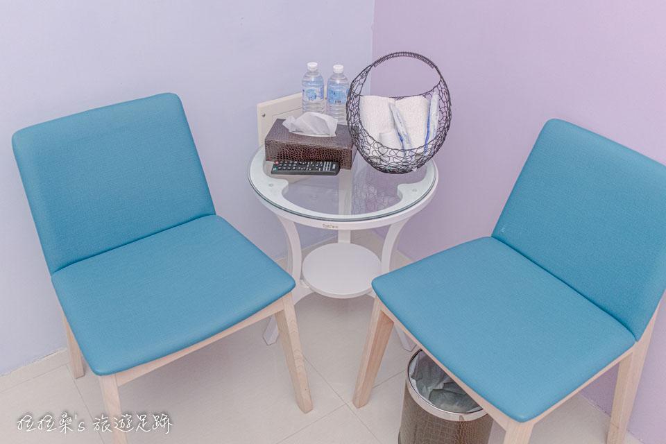 戀戀台東房間一角有個簡單的小座位區 小桌上放著衛生紙、瓶裝水