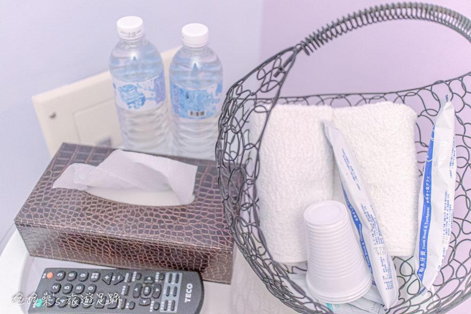 戀戀台東房間小桌上有基本的盥洗用品