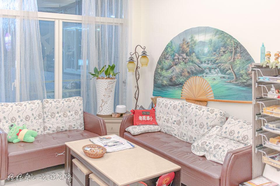 戀戀台東民宿一樓的公共區域除了簡單幾張大沙發外,還有不少可愛的布偶裝飾呢~