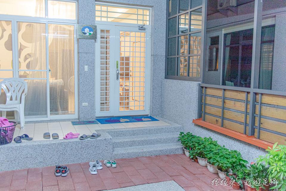 戀戀台東民宿整體外觀看起來大方又乾淨,入內時需拖鞋