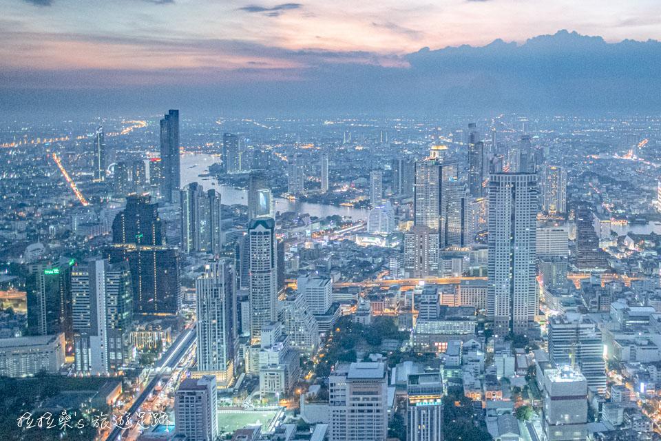 泰國曼谷 Mahanakhon Skywalk 78樓能遠眺昭披耶河的高空黃昏市景