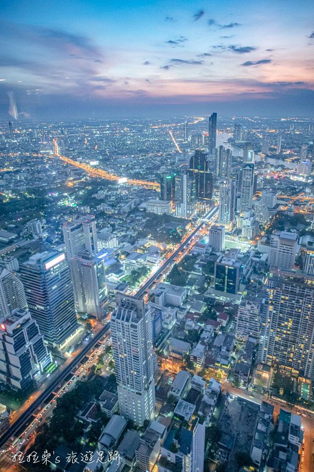 泰國曼谷 Mahanakhon Skywalk 78樓的高空黃昏市景