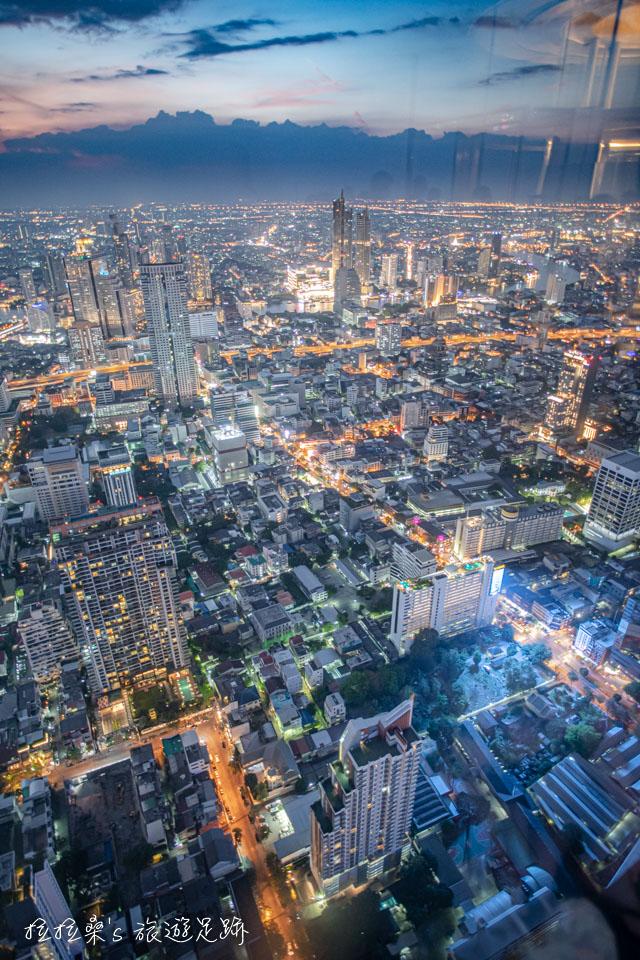 來曼谷 Mahanakhon Skywalk 拍照,盡量將盡頭貼近玻璃,減少反射