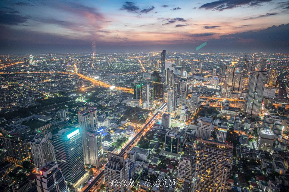 泰國曼谷 Mahanakhon Skywalk 高樓夜景,透明玻璃地板、高空酒吧,黃昏時更是絢麗又迷人