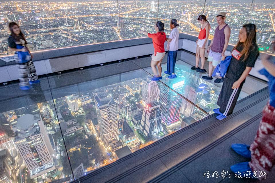 走上曼谷Mahanakhon Skywalk的透明玻璃地板還真的挺刺激的