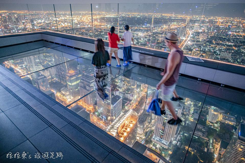 可以再曼谷Mahanakhon Skywalk的透明玻璃地板上盡情地拍照