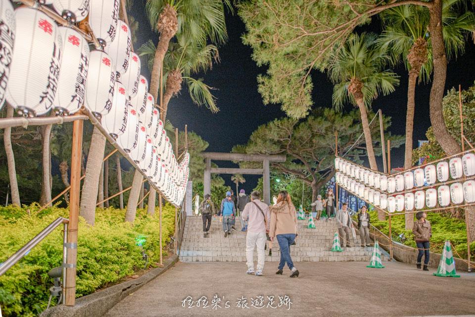 沖繩護國神社四周寫著姓名、公司名稱的燈籠,就是個人或企業有供奉賽錢的證明