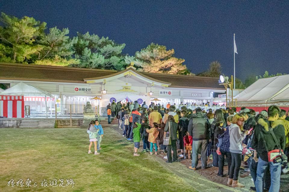 日本新年時的沖繩護國神社,排著超級長的參拜隊伍