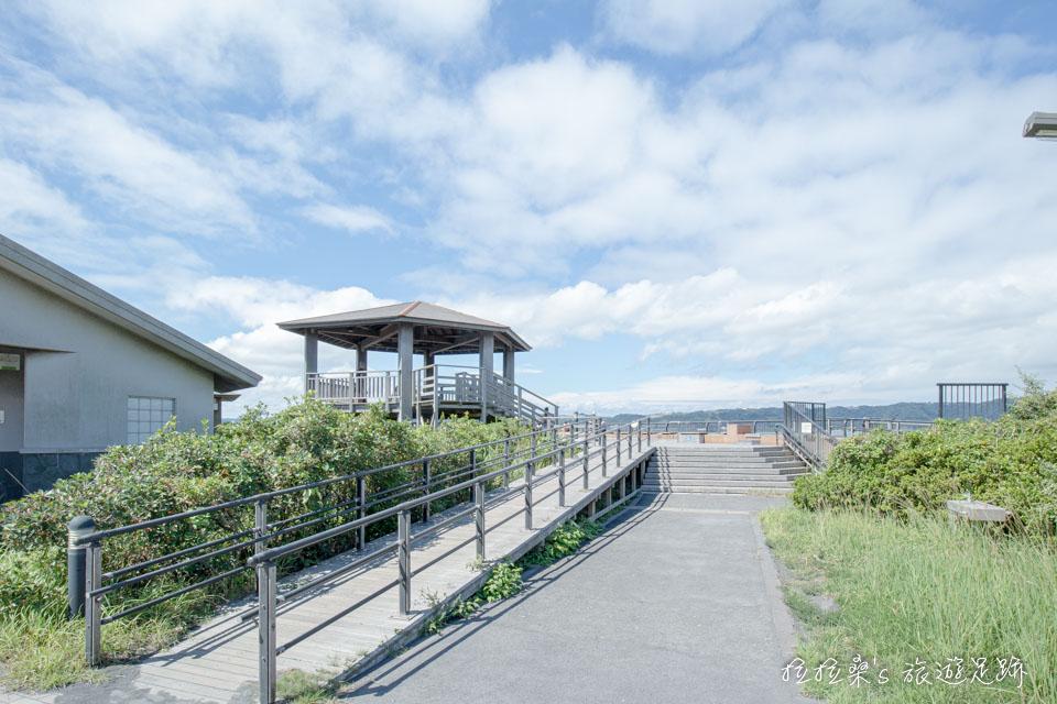 沿霧島錦江國立公園招牌旁的小徑走,便是櫻島熔岩海濱公園
