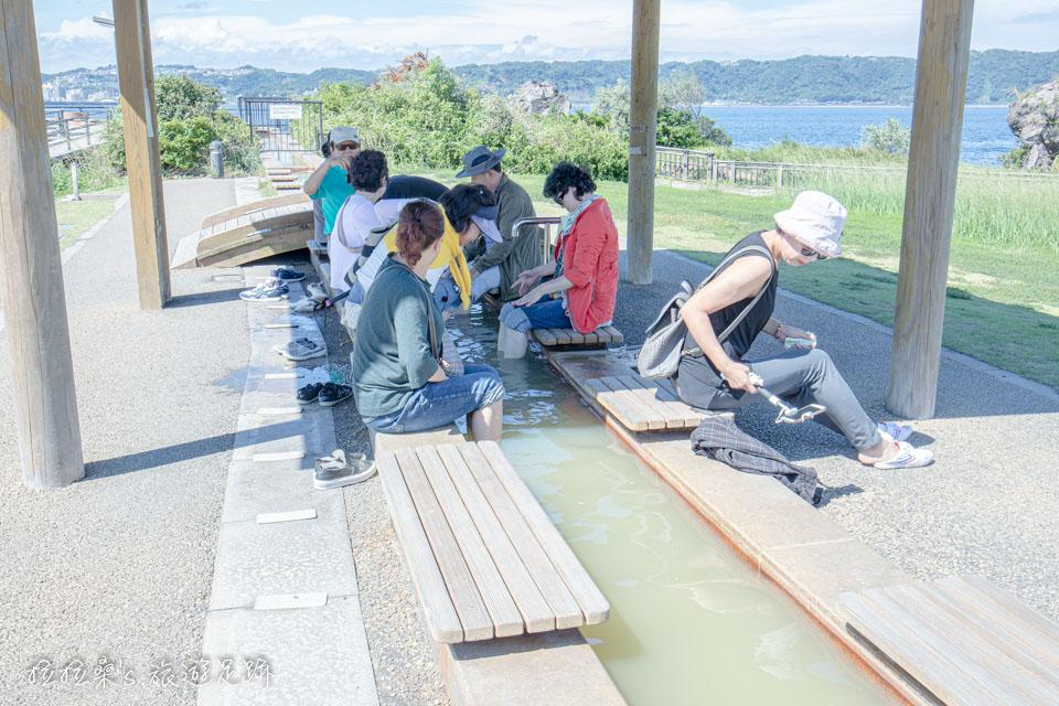 櫻島熔岩海濱公園的天然足湯,天氣熱時建議可在涼亭下泡腳