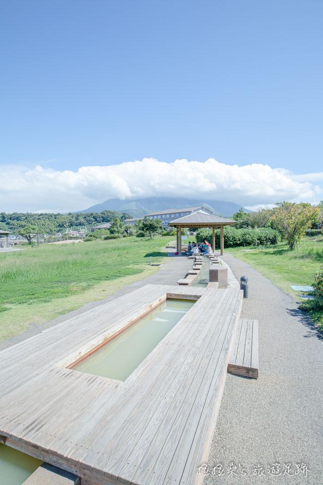 在熔岩海濱公園泡足湯,轉頭望向後方,就是櫻島火山