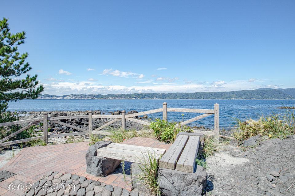 櫻島溶岩なぎさ遊歩道途中有長椅能休息