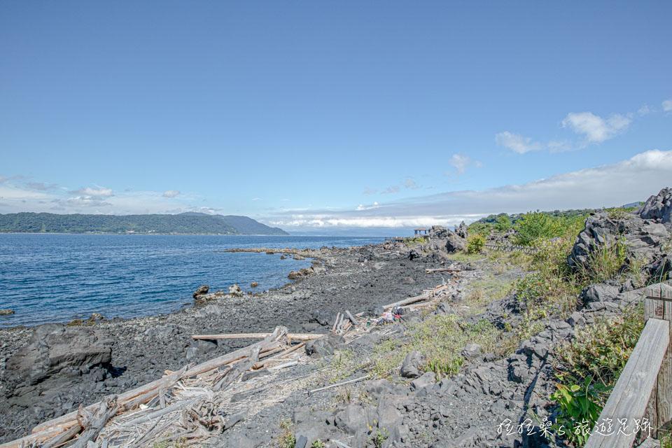 沿著海岸建成的櫻島溶岩なぎさ遊歩道,沿途能伴著海風散步、看海