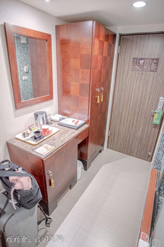 台中文華道會館客房的衣櫃及小邊桌區域