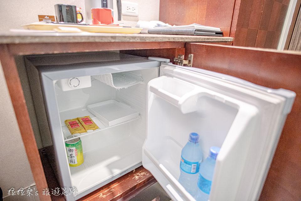 文華道會館客房的小冰箱則藏在桌子下方