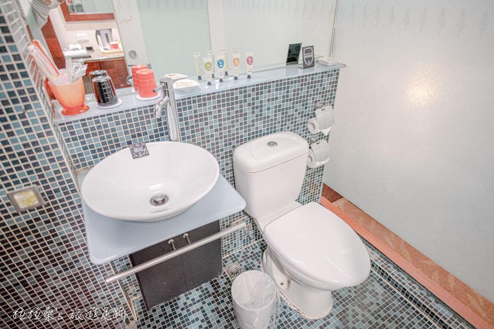 文華道會館標裝房的浴室並沒有乾濕分離的設計,但有防滑的磁磚