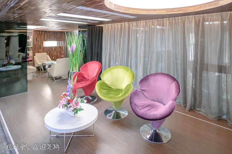 台中文華道會館的沙發很有設計感